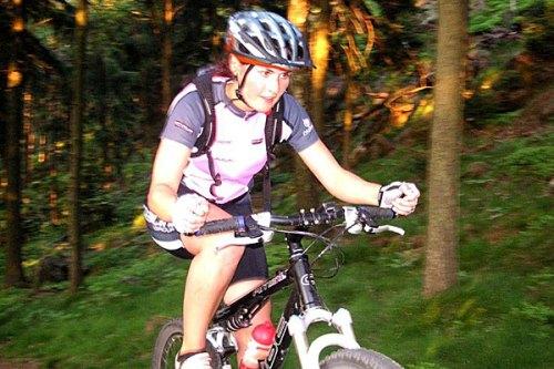 Frau auf Mountainbike