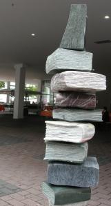 Stapel aus steinernen Büchern auf der Buchmesse