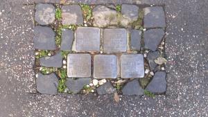 Fünf Stolpersteine in einem Gehsteig in Rom, Familie Finzi