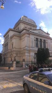 Die sonnenbeschienene große Synagoge in Rom, vorne im Bild ein Polizeiauto