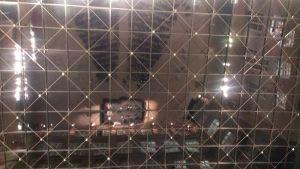 Foto der Spiegelung von Publikum und Bühne in der Glasdecke des Atriums