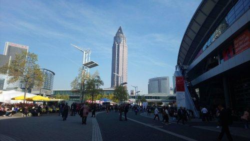 Hof der Frankfurter Messe mit Blick auf den Messeturm